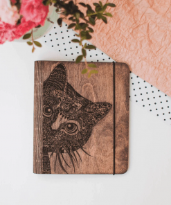 cestovatelský deník a fotokniha ze dřeva s motivem kočky