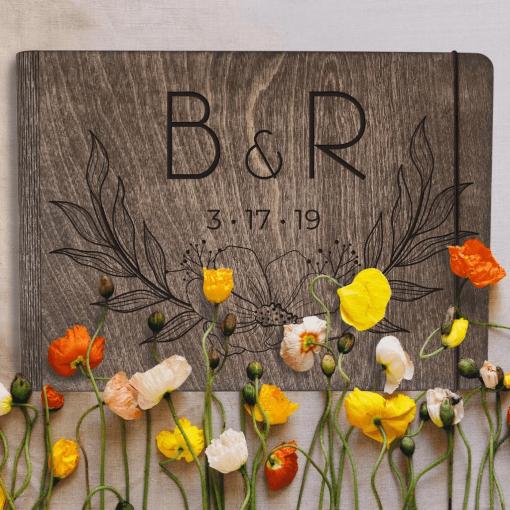 dřevěný svatební deník a fotoalbum ze dřeva - s motivem kytka
