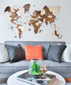 Mapa světa ze dřevba v obývacím pokoji