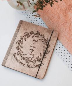 Svatební deník a fotoalbum, motiv kruh s listy, vyrobený ze dřeva